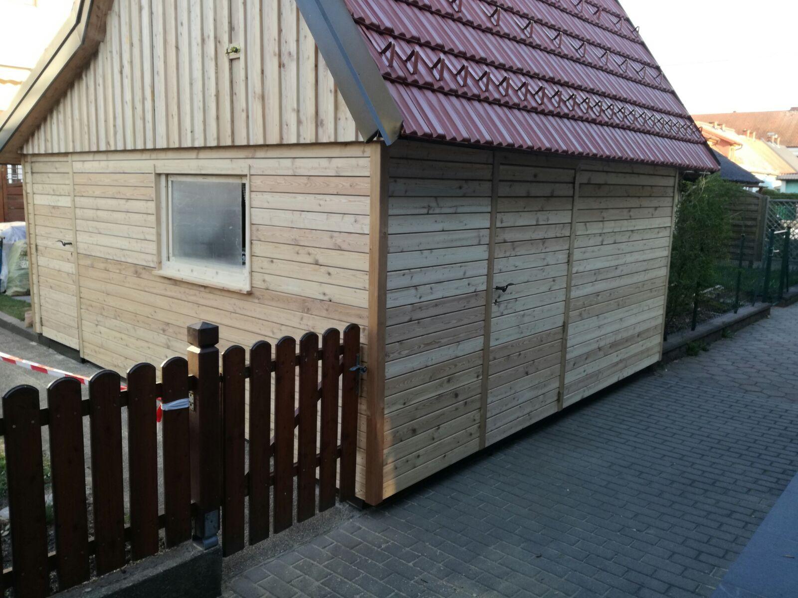 Gartenhaus mit Rhombus (unten) und Deckleistenschalung (oben) in Läˆrche
