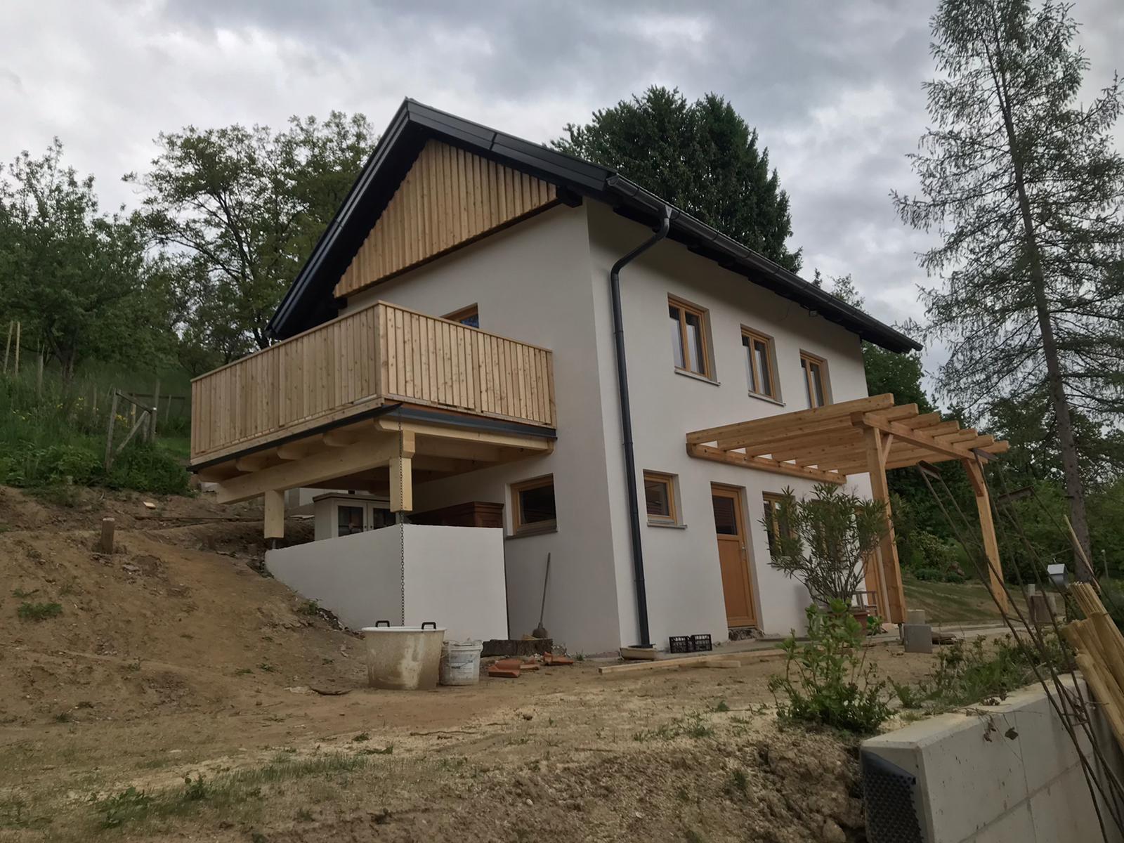 Giebelschalung Deckleiste, Eingangsüberdachung und Terrassenkonstruktion mit Geländer sib. Lärche