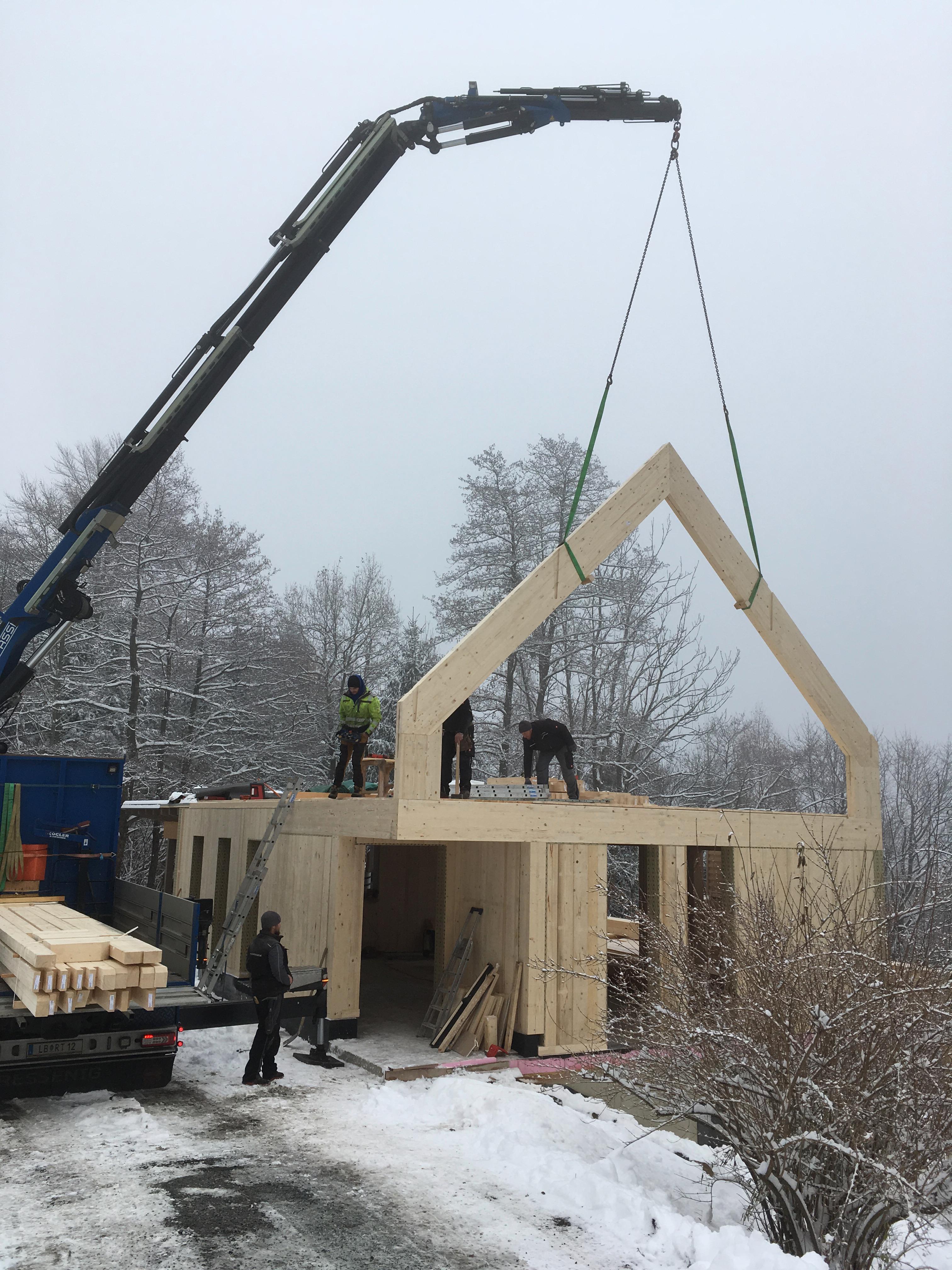 Montage von Massivholzwänden und Herstellen eines biegesteifen Rahmens für Giebelverglasung