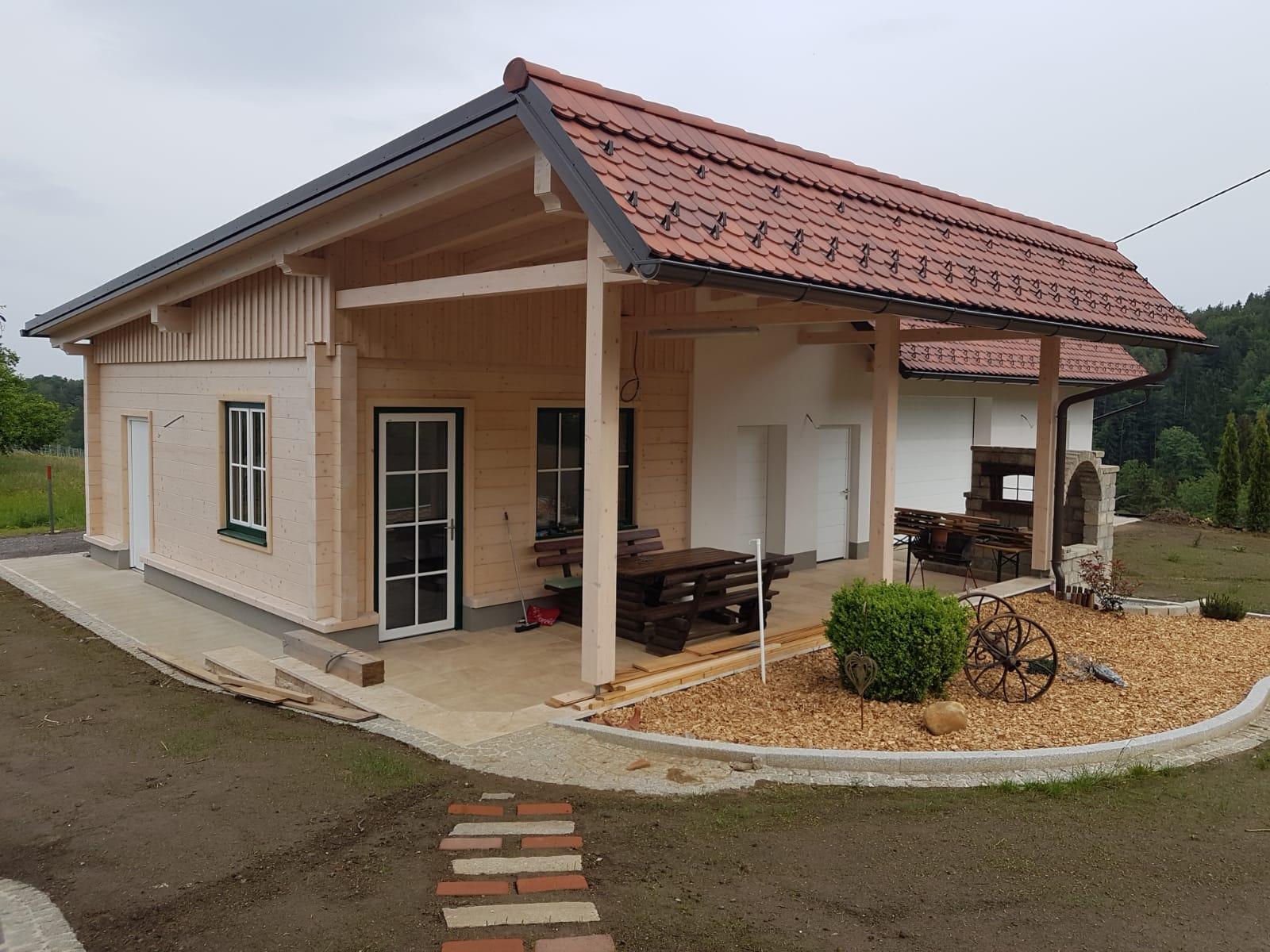 Wirtschaftsgebäude mit überdachter Terrasse, teilweise Blockbau in DUO Fichte